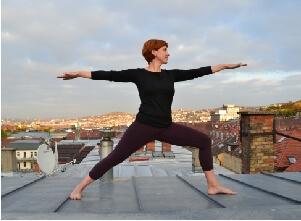 Auf diesem Bild ist Yoga Lehrerin Simone in der Haltung (Asana) Krieger.