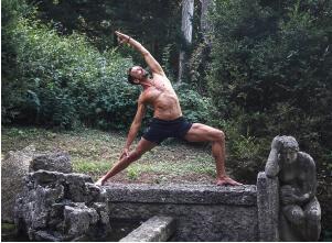 Auf diesem Bild ist Yogalehrer Fabian im Krieger 2, einer Yoga Asana.