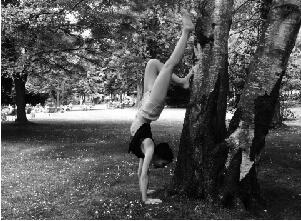 Auf diesem Bild ist Yogalehrerin Jule im Handstand, einer klassischen Yoga Asana.