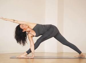 Auf diesem Bild ist Yogalehrerin Andrea im gedrehten Dreieck, einer Yoga Asana.