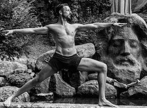 Hier steht Fabian für seine Yoga Sternstunde im Krieger, einer klassischen Haltung.