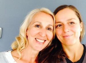 Hier sieht man die Yogalehrerinnen Eva und Anja.