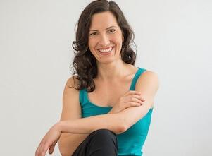 Auf diesem Bild ist Yoga und Achtsamkeit Lehrerin Melanie in Stuttgart.