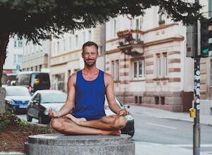 Auf diesem Bild ist Yogalehrer Fabian in Stuttgart. Er freut sich auf den nächsten Yoga Grundkurs.