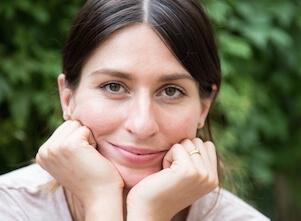 Yogalehrerin Lena bewirbt ihre Workshop Reihe zu der Kunst des loslassens.