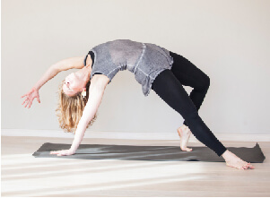 Auf diesem Bild ist Yogalehrerin Conny im Wild Thing, einer Yoga Asana zu sehen.
