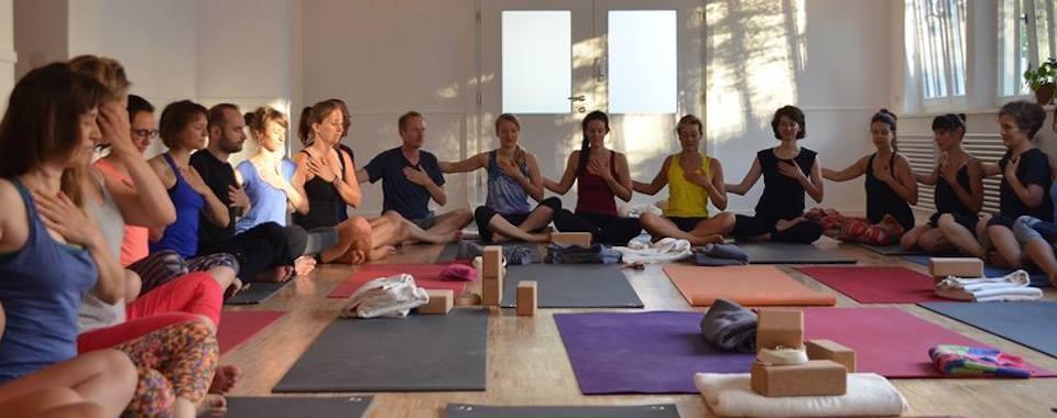 Auf diesem Foto sind viele Yoga Schüler in unserem Yoga Studio zu sehen.