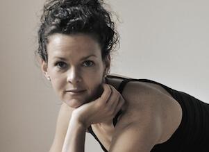 Auf diesem Bild ist Yogalehrerin Christina. Sie unterrichtet auch Yoga Nidra.