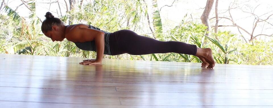 Auf diesem Yoga alle Level Bild sieht man Eva in einer kraftvollen Yoga Haltung (Asana).