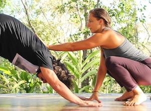 Auf diesem Bild wird Yoga als Therapie eingesetzt.