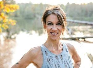 Auf diesem Bild ist Yogalehrerin Andrea. Sie unterrichtet Katonah Yoga.