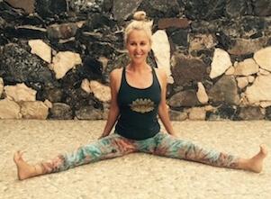 Auf diesem Bild ist Yogalehrerin Anja in einer Yoga Asana.