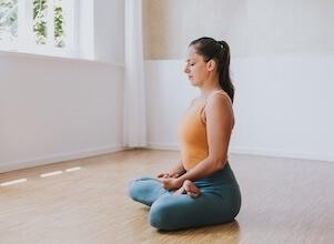 Yogalehrerin Eva bereitet sich im Studio in Stuttgart auf ihr Yoga Retreat vor.