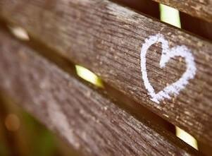 Auf diesem Bild ist ein Herzenswunsch auf eine Parkbank in Stuttgart gemalt.
