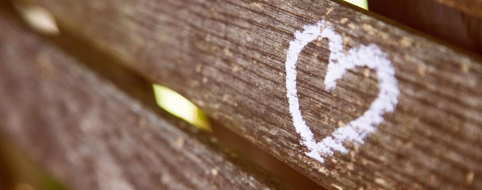 Hier ist ein Bild mit einem Herz auf einer Parkbank in Stuttgart West.