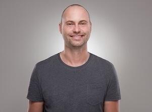 Auf diesem Bild ist Sascha, Lehrer für progressive Muskelrelaxation bei uns im Yoga Studio in Stuttgart.