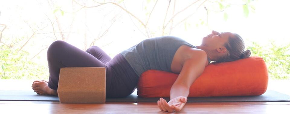 Auf diesem Bild ist Yogalehrerin Eva. Sie übt progressive Muskelentspannung.