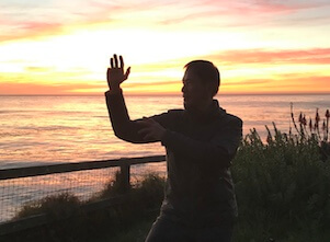 Carlos Lu unterrichtet Katonah Yoga bei Fuß über Kopf in Stuttgart West.