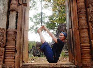Auf diesem Bild ist Yogalehrerin Sonja in Navasana, einer Yoga Asana.