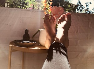 Auf diesem Bild sind gesunde Füße auf einem Balkon in Stuttgart West.