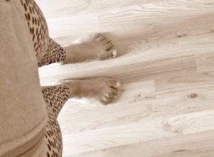 Auf diesem Bild sind die Füße von Yogalehrerin Susi bei uns im Studio in Stuttgart West.