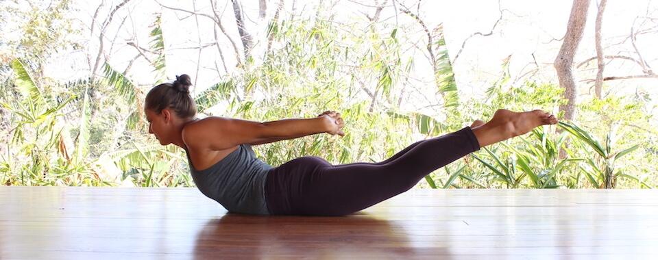 Auf diesem Bild ist Yogalehrerin Eva in einer kräftigenden Yogahaltung aus dem Rückenyoga.