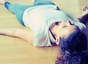 Yogalehrerin Christina in unserem Yogastudio in Stuttgart West beim Special in Savasana.