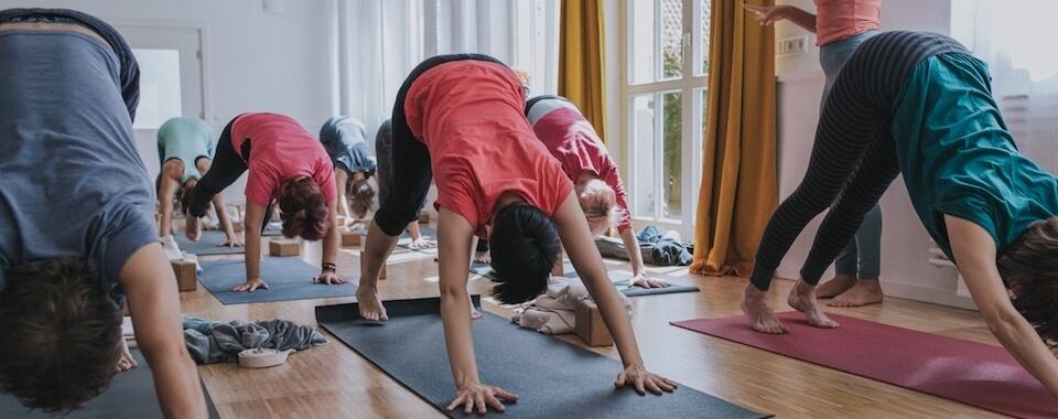 Yogalehrerin Eva macht den Yogaschülern Angebote in ihrer Yogapraxis in unserem Yogastudio in Stuttgart West.
