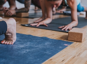 Yogaschüler und Yogamatte bei uns im Studio in Stuttgart West.