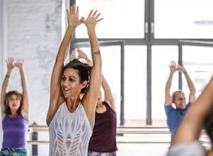 Auf diesem Bild gibt Andrea eine Einführung in Katonah Yoga.