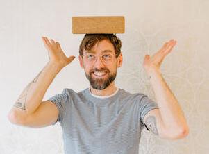 Yogalehrer Thomas bei uns im Yogastudio in Stuttgart West freut sich auf den Anfängerkurs.
