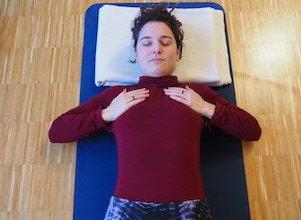 Yogalehrerin Kathrin zeigt die Purna Atemübung bei uns im Yoga Studio in Stuttgart West.
