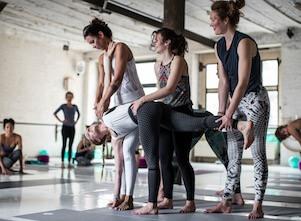 Yogalehrerin Andrea bei einem Katonah Yoga®Intensive im Yoga Studio in Stuttgart West.