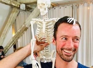 Yogalehrer Fabian in Vorbereitung auf seinen Wunderwerk Wirbelsäule Workshop in Stuttgart West.