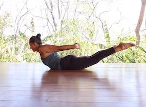 Wunderwerk Wirbelsäule: Yogalehrerin Eva in einer Rückbeuge, die den Rücken stärkt.