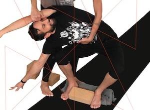 Katonah Yoga® Workshop: hier mit Yogalehrer Dominik in einer Katonah Yoga Asana.