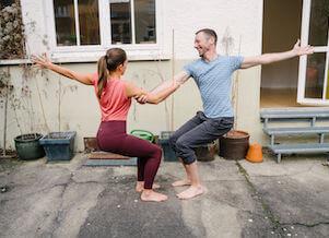 Yoga am 1. Mai Feiertags-Special: Yogalehrer Eva und Fabian freuen sich auf die Yogaschüler.
