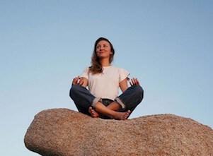 Yogalehrerin Jana unterrichtet Vinyasa Yoga und Yin Yoga bei uns im Studio in Stuttgart West.