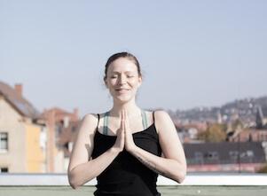 Yogalehrerin Käthe unterrichtet im Yogastudio in Stuttgart West Vinyasa Yoga.