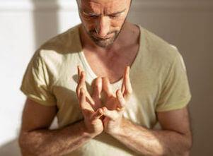 Creating Space: online Yoga Retreat mit Yogalehrer Eva und Fabian.