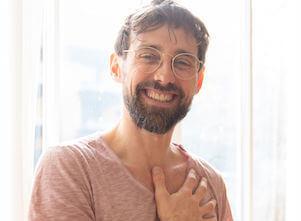 Ayurveda Masseur und Yogalehrer Thomas massiert bei uns im Yogastudio in Stuttgart West.