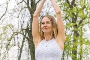 Yogalehrerin Bea ist bei uns im Yogastudio in Stuttgart West und freut sich auf die Yoga-Schüler:innen.