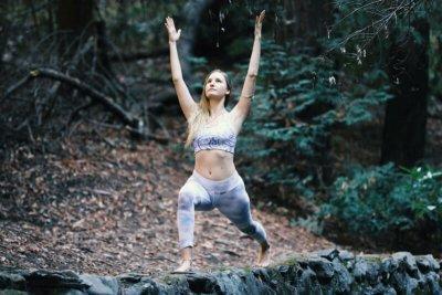 Yogalehrerin Anne unterrichtet Vinyasa Yoga und Kaula-Tantra Yoga.