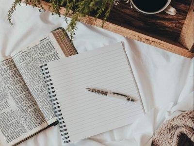 Im Yoga & Write Workshop am 22.11.21 leitet Bea dich an, dir selbst zu begegnen und dies auszudrücken. Auf der Matte und in deinem Notizbuch.